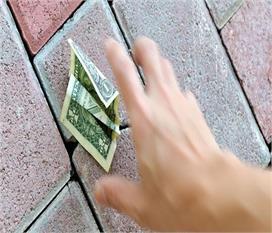 सड़क पर गिरा नोट देता है ये संकेत, आइए जानते हैं कैसे करें...