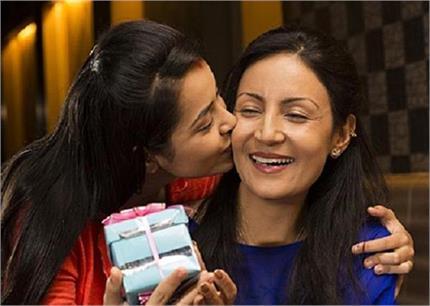 करवा चौथ स्पैशल: बाया में सासू-मां को शगुन नहीं, Gift में दे ये खास...