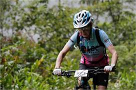 70 साल की मिरथा ने 11 हजार फीट ऊंचाई पर चलाई साइकिल, बेटे...