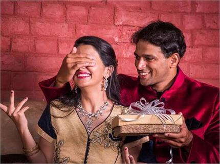 करवा चौथ पर पत्नी को करना है खुश तो यहां से लें गिफ्ट के ढेरों आइडियाज