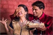 करवा चौथ पर पत्नी को करना है खुश तो यहां से लें गिफ्ट के...