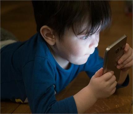 देर रात स्मार्टफोन देखने वाले बच्चों में बढ़ रहा आईस्ट्रोक का खतरा :...
