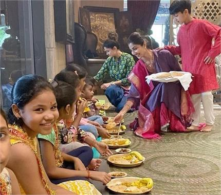 शिल्पा-शमिता ने पूजन में कन्याओं को अपने हाथों से खिलाया खाना(See...