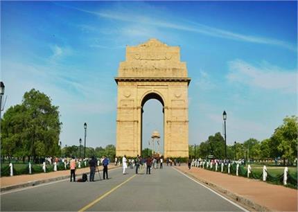 सुंदर और घने पेड़ों से सजी है दिल्ली की ये सड़कें, बदलते मौसम में...