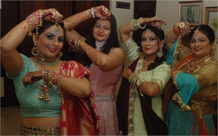 सोलह श्रृंगार में तैयार होकर महिलाओं ने मनाया करवा चौथ