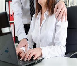 देश के दफ्तरों में हर 10वीं महिला को करना पड़ता है यौन...
