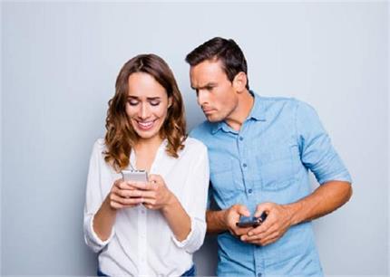 क्यों पति करते है बीवियों का फोन चेक ?