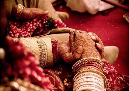 वायरल हो रहा अनोखा Wedding Card, लिखा- 'अंबानी से कम नहीं हैं हम '