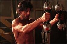 फिट रहने के लिए 100 पुशअप्स करते है शाहरुख खान, जानिए उनकी...