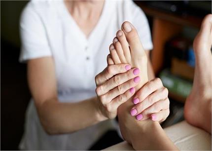 सोने से पहले यूं करें पैरों की मसाज, निकलेगा कई प्रॉबल्म का हल