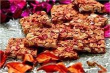 स्वाद के साथ सेहत भी: गुलाब बादाम चिक्की