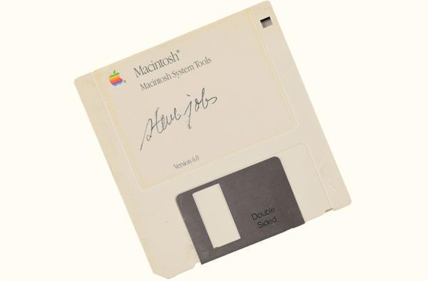 स्टीव जॉब्स के साइन वाली फ्लॉपी डिस्क नीलाम हुई इतने लाख में, हो जाएंगे हैरान