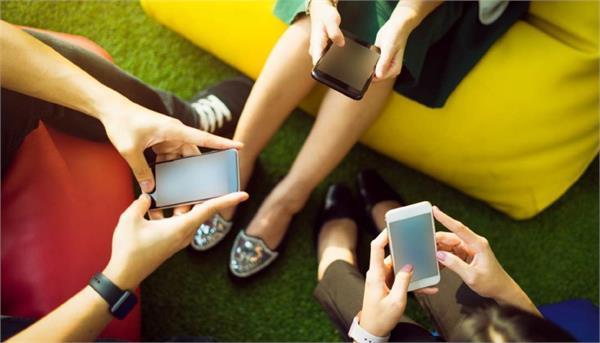 सोशल मीडिया से है भारतीयों को प्यार, स्मार्टफोन पर हर साल बिता रहे 75 दिन