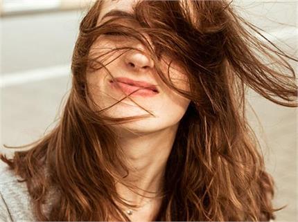 लंबे समय से हैं झड़ते बालों से परेशान? जरुर इस्तेमाल करें ये Hair Oil