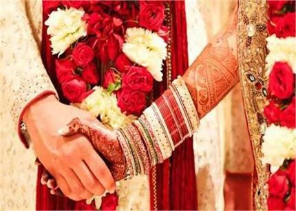 शादी के मंडप में 2 बहनों ने 1 ही व्यक्ति से रचाई शादी