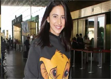 फैशनबल ही नहीं, अफोर्डेबल भी है रकुल की यह Sweatshirt!