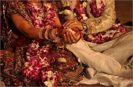 अनोखी शादी: फूलों की नहीं, दूल्हा-दुल्हन ने एक-दूसरे को...