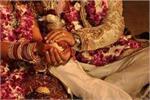 अनोखी शादी: फूलों की नहीं, दूल्हा-दुल्हन ने एक-दूसरे को पहनाई प्याज...