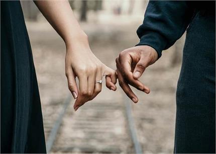Relationship Secrets: आप कैसे पकड़ती हैं अपने पार्टनर का हाथ?