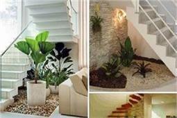 सीढ़ियों के नीचे की स्पेस ना करें वेस्ट, बनवाएं Pebble Garden