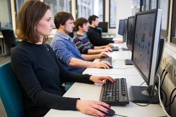 दुनिया के आधे से ज्यादा कम्प्यूटरों पर चल रहे आउट-ऑफ डेट सॉफ्टवेयर