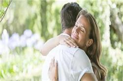 National Hug Day: लाइफ से गायब हो गया है प्यार तो पार्टनर को दें जादू की झप्पी
