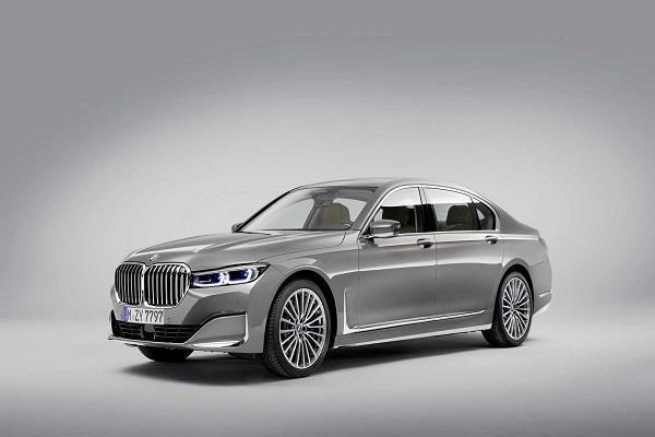 BMW 7 सीरीज़ फेसलिफ्ट से कंपनी ने हटाया पर्दा, जानें इसमें क्या है खास