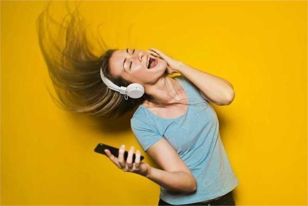 अलर्ट : स्मार्टफोन के तेज म्यूजिक से हो रही बहरेपन की समस्या