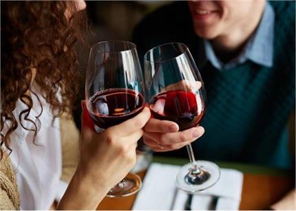 साथ ड्रिंक करने से रिश्ता होगा मजबूत: स्टडी