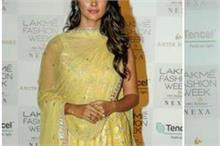 LFW19 Day 2: Pooja-Saiyami की ट्रडीशनल ड्रेस पर टिकी सबकी...