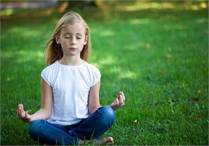 बच्चों के लिए फायदेमंद है मेडिटेशन, इस तरह सिखाएं ध्यान लगाना