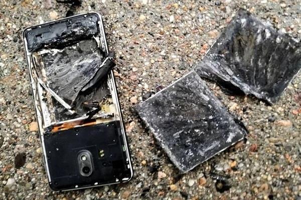 यूज़र के हाथ में फटा NOKIA स्मार्टफोन, अभी 2 महीने पहले ही खरीदा था फोन