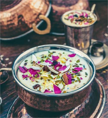 होली पर मेहमानों को बनाकर खिलाएं स्वादिष्ट बादाम गुलाब की खीर