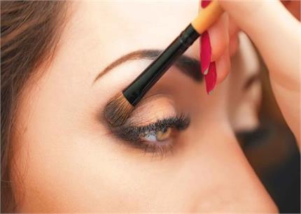 कॉंटेक्ट लेंस लगाती हैं तो Makeup करते समय ध्यान रखें10 बातें