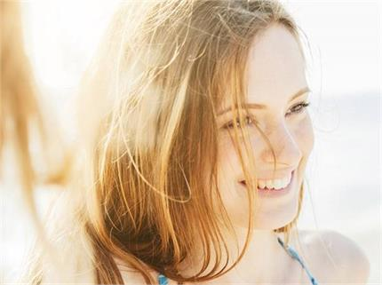 हेयरफॉल ही नहीं, बालों को सफेद भी करती है गर्मी की तेज धूप, यूं रखें...