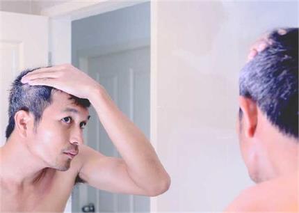 सफेद बाल तोड़ने की ना करें गलती, घरेलू नुस्खों से करें काला