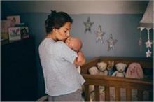 शिशु को चूमने से निमोनिया का खतरा, नजरअंदाज करना पड़ेगा भारी