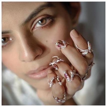 सिंपल रिंग्स का फैशन हुआ आउट, ट्रैंड में आ गई हैं Midi Rings