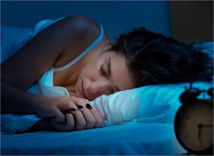Vastu Tips : सोते वक्त पास में न रखें ये चीजें, होगा मानसिक और...