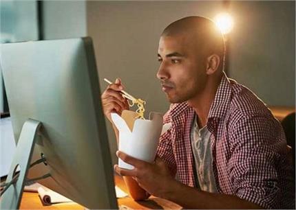 Health: आप भी टीवी देखते-देखते खाते हैं Snacks तो हो जाएं अलर्ट