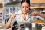 Kitchen Vastu: इस ओर मुंह करके बनाती हैं खाना तो पैसे के साथ सेहत भी...