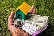 Home Tips: पैसों की रहती है तंगी तो मुख्य द्वार पर लगाएं ये...