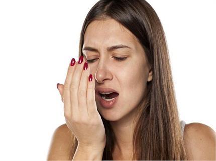 मुंह की दुर्गंध करती है शर्मिंदा तो आजमा कर देखें ये देसी नुस्खे
