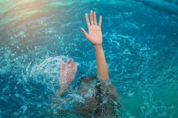 पानी में डूब रहे थे 20 लोग, Samsung Galaxy S8 ने ऐसे बचाई जान
