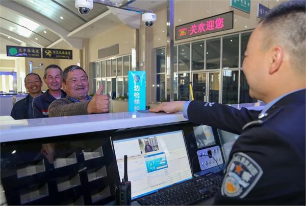 पर्यटकों की निगरानी कर रहा चीन, बोर्डर एजैंट्स ने स्मार्टफोन्स में इंस्टाल की स्पाइवेयर एप