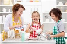 बच्चों से करवा रही है घर का काम तो मांएं रखें इन 6 बातों का...