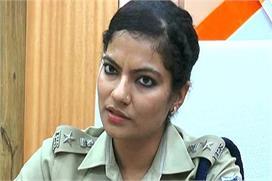 आईपीएस अधिकारी सौम्या मिश्रा ने महिला को मारी किक, हुआ...