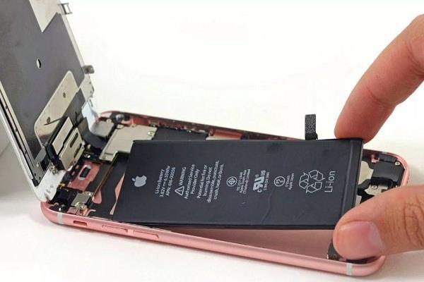 Apple ने आईफोन बैटरी रिप्लेसमेंट विवाद पर रखा पक्ष
