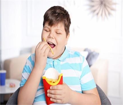पेरेंट्स की ये छोटी-छोटी गलतियां बनती हैं बच्चों में मोटापे की वजह