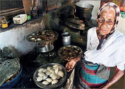 80 साल की अम्मा करती हैं इडली का बिजनेस, कीमत सिर्फ 1 रुपए, पढ़िए...